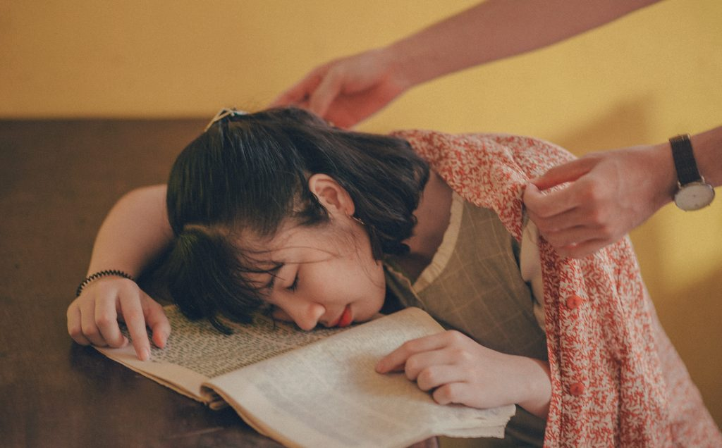 how lack of sleep affects students Sleep deprivation is a significant hidden factor in lowering the achievement of school pupils, according to researchers carrying out international education tests it is a particular problem in.